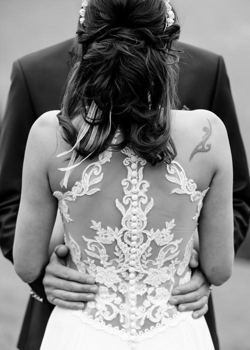 Spitzenkleid auf der Almhochzeit Silberghaus von Hochzeitsfotograf Rosenheim